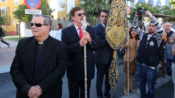 El párroco y cofradías del Sagrado Corazón de Jesús.