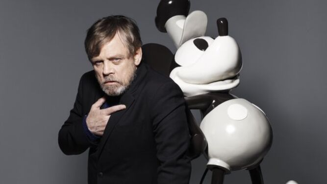 El actor Mark Hamill, con la icónica figura de Mickey.