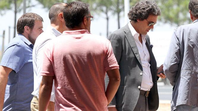 Juanma López, junto a varios miembros del consejo de administración, en la puerta del Nuevo Colombino.