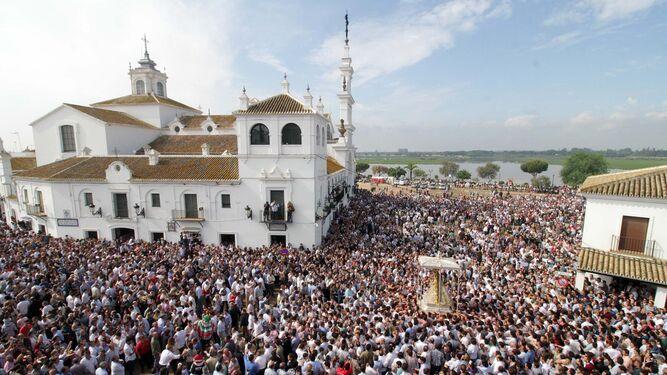 Panorámica de la procesión de la Virgen del Rocío este pasado Lunes de Pentecostés.