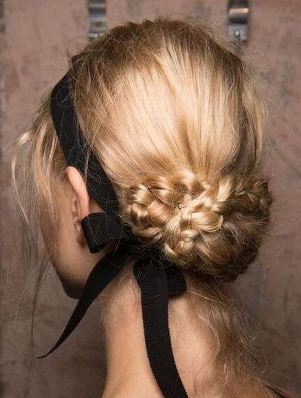 Moño bajo con trenzas entrelazadas, de @weddingofdreams