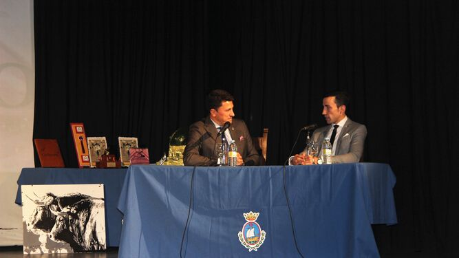 David de Miranda junto a Manuel Jesús Montes en pleno diálogo torero.