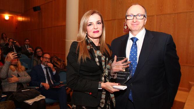 La socia y responsable de Calidad de Transromán, Maria José Román, posa con el premio entregado por el coordinador de Recursos y Servicios para empresas de la Regional Sur de BBVA, Carlos Risquez.