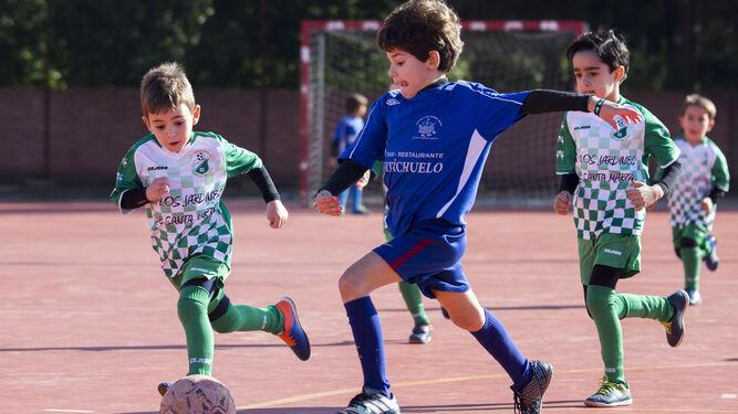 291590d2ac8b7 Varios niños juegan al fútbol en las jornadas de convivencias organizadas  por el Ayuntamiento de Huelva ...