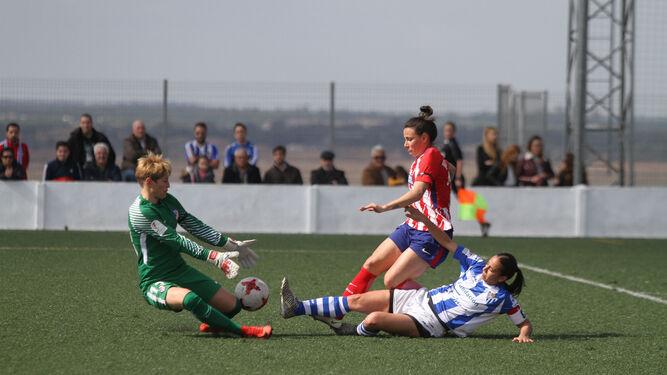 dfb30e538ea70 Anita intenta rematar delante de la portera y una jugadora del Atlético en  un partido anterior.