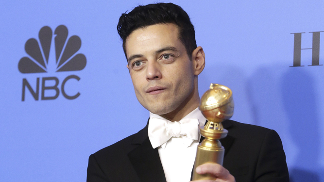 Rami Malek, con la estatuilla al mejor actor.