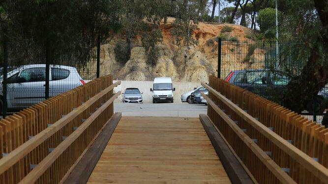 La pasarela da a los aparcamientos de Licinio de la Fuente.