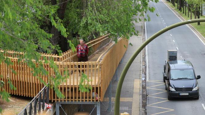 La pasarela ocupa parte del acerado.