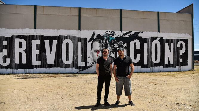 Adrián Pérez y Coque Malla ante el grafiti.