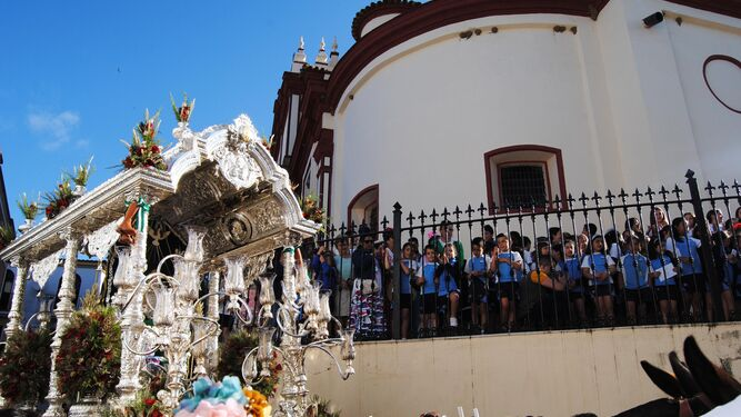 El Simpecado a su paso por el colegio María Auxiliadora.