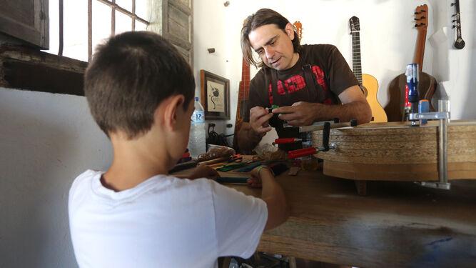 Antonio Dobao imparte el taller de instrumentos musicales para los más pequeños.