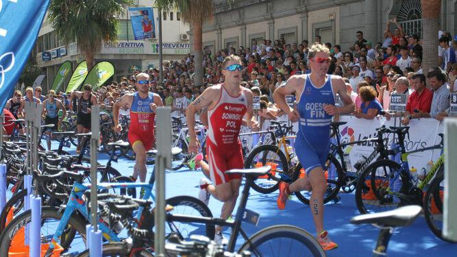 Triatletas corren por las calles de Huelva en una prueba internacional.