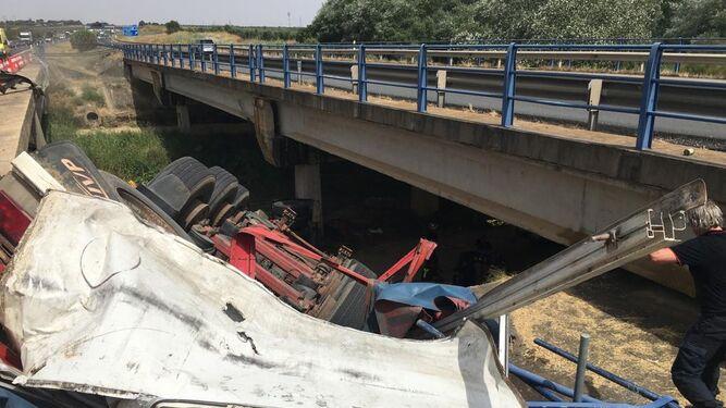 El camió caído en el viaducto.