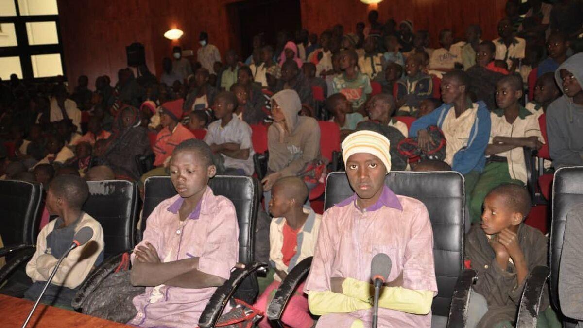 La Policía busca a 317 niñas secuestradas en una escuela de Nigeria