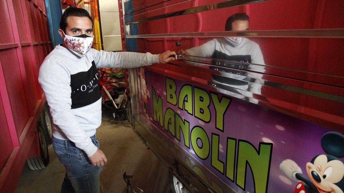 Sergio Manzano junto a una de sus atracciones de feria