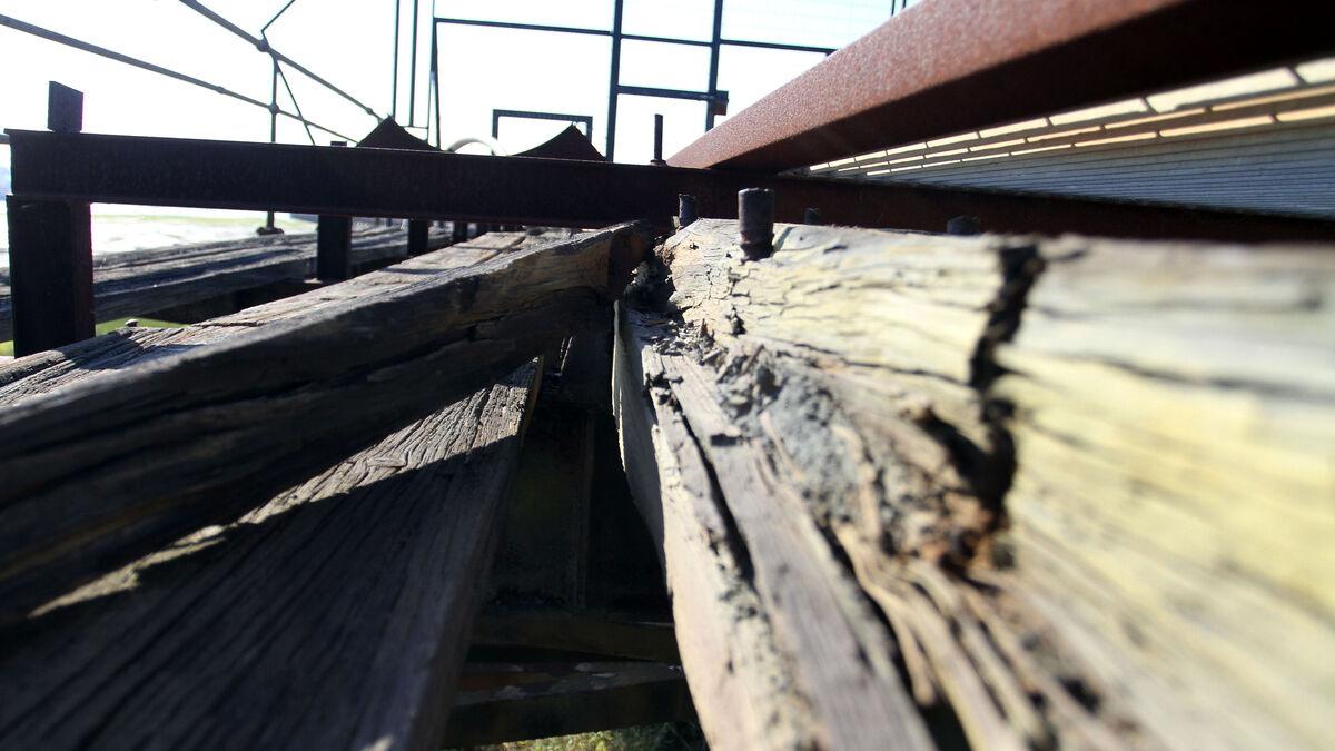 Los daños en la estructura de madera y metálica del Muelle son evidentes.