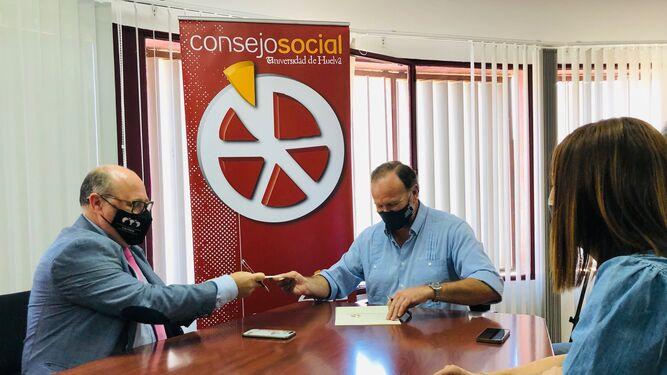 Ambos presidentes firman el convenio en presencia de Teresa Herrera, secretaria del Consejo Social