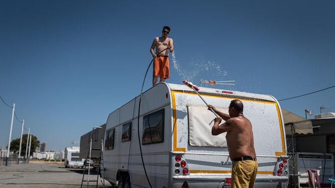Dos feriantes limpian su caravana