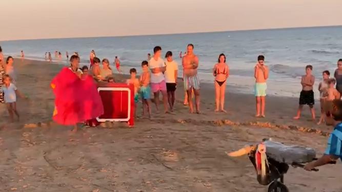 Los niños de Huelva dibujan el toreo en la arena de la playa de La Antilla