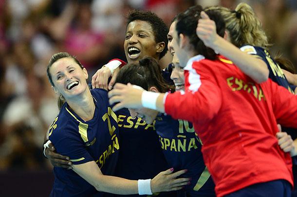 La selección femenina de balonmano acaricia los cuartos de final (25-24)